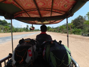 Onze backpacks en wij in een tuktuk in Cambodja
